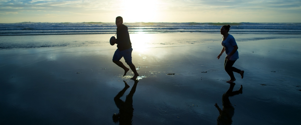 couple-beach-laughing-playing-ball-1190761-wallpaper